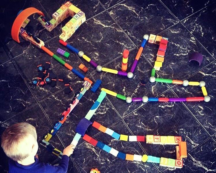 labyrinthe avec jouets