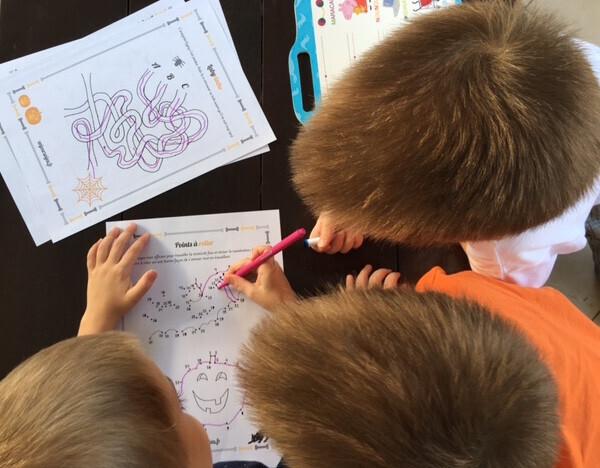 mes 3 garçons en train de faire le cahier d'activités