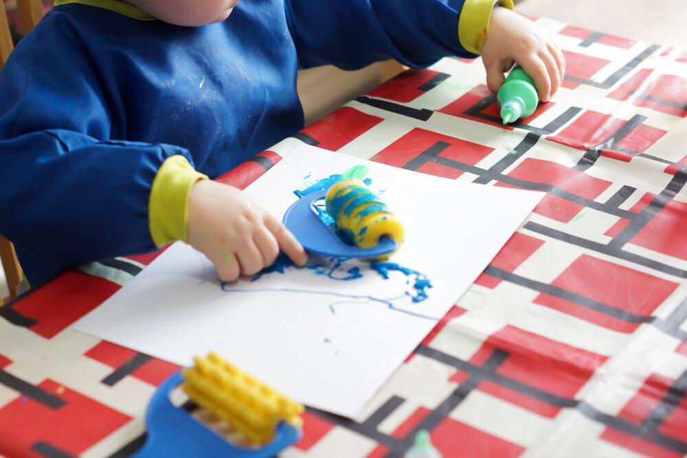 activité manuelle enfant sur le thème de Pâques. Création d'une guirlande d'oeufs de Pâques en peinture.
