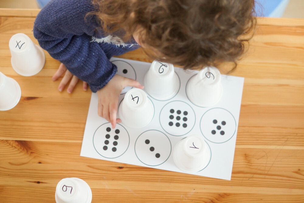 apprendre à dénombrer les chiffres ou les couleurs avec des gobelets. Activité type montessori pour les 2-5 ans