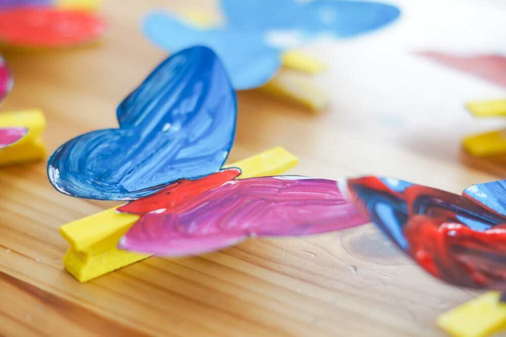activité manuelle pour créer un papillon à partir d'une pince à linge et avec de la peinture