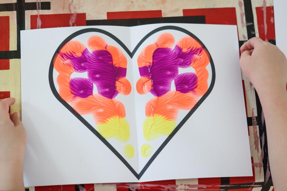 peinture en symétrie à partir de coeur. activité maunelle