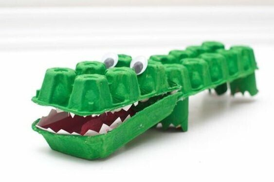 Crocodile avec boite d'oeufs