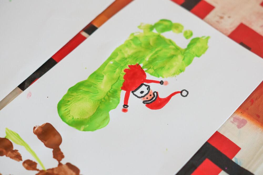Activité manuelle sur le thème Noël, Christmas empreinte de mains et de pas en peinture Enfant Traîneau du père Noël