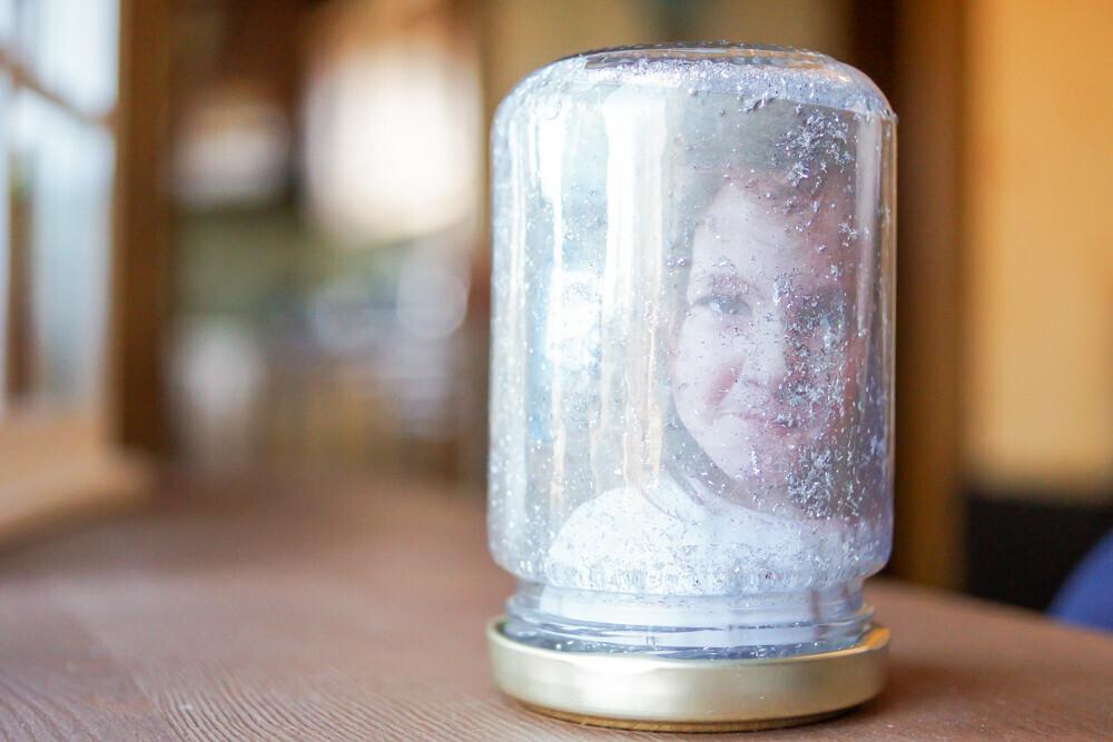 activité manuelle et créative sur le thème de l'hiver. DIY d'une boule à neige avec photo Un jour un Jeu Idée activité enfant Idée cadeau