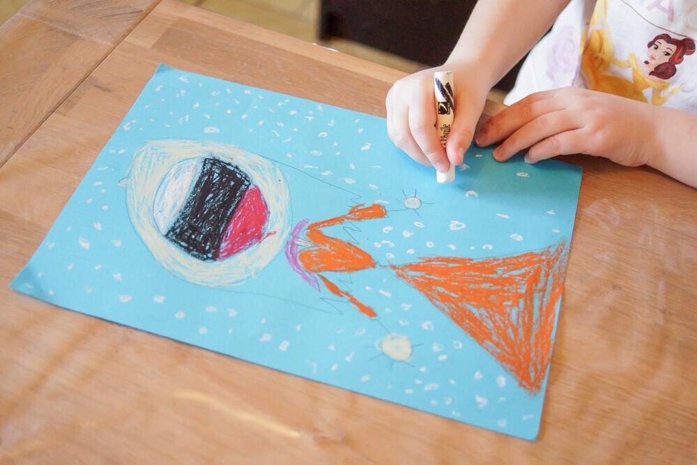 activité manuelle et créative sur le thème de l'hiver. Dessin avec des pastels à l'huile Un jour un Jeu Idée activité enfant Dessin d'un bonhomme