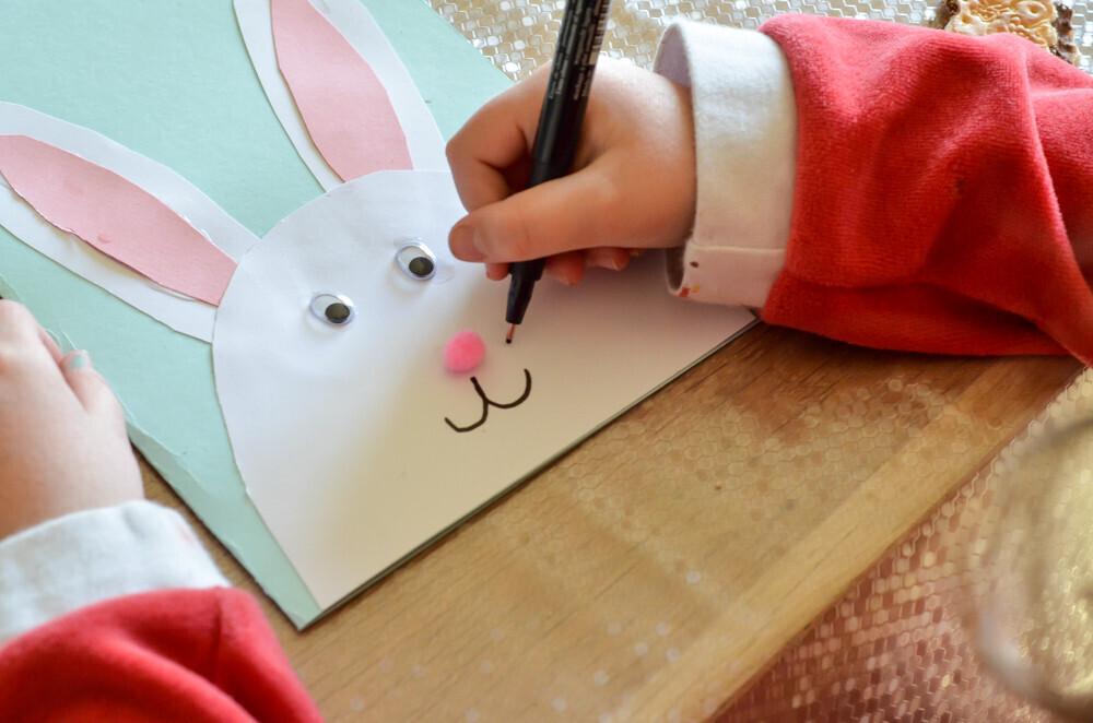 Activité créative Activité manuelle Réalisation d'une carte sur le thème de Pâques Découpage et collage pour réaliser une carte de Pâques avec un lapin. Un jour un jeu