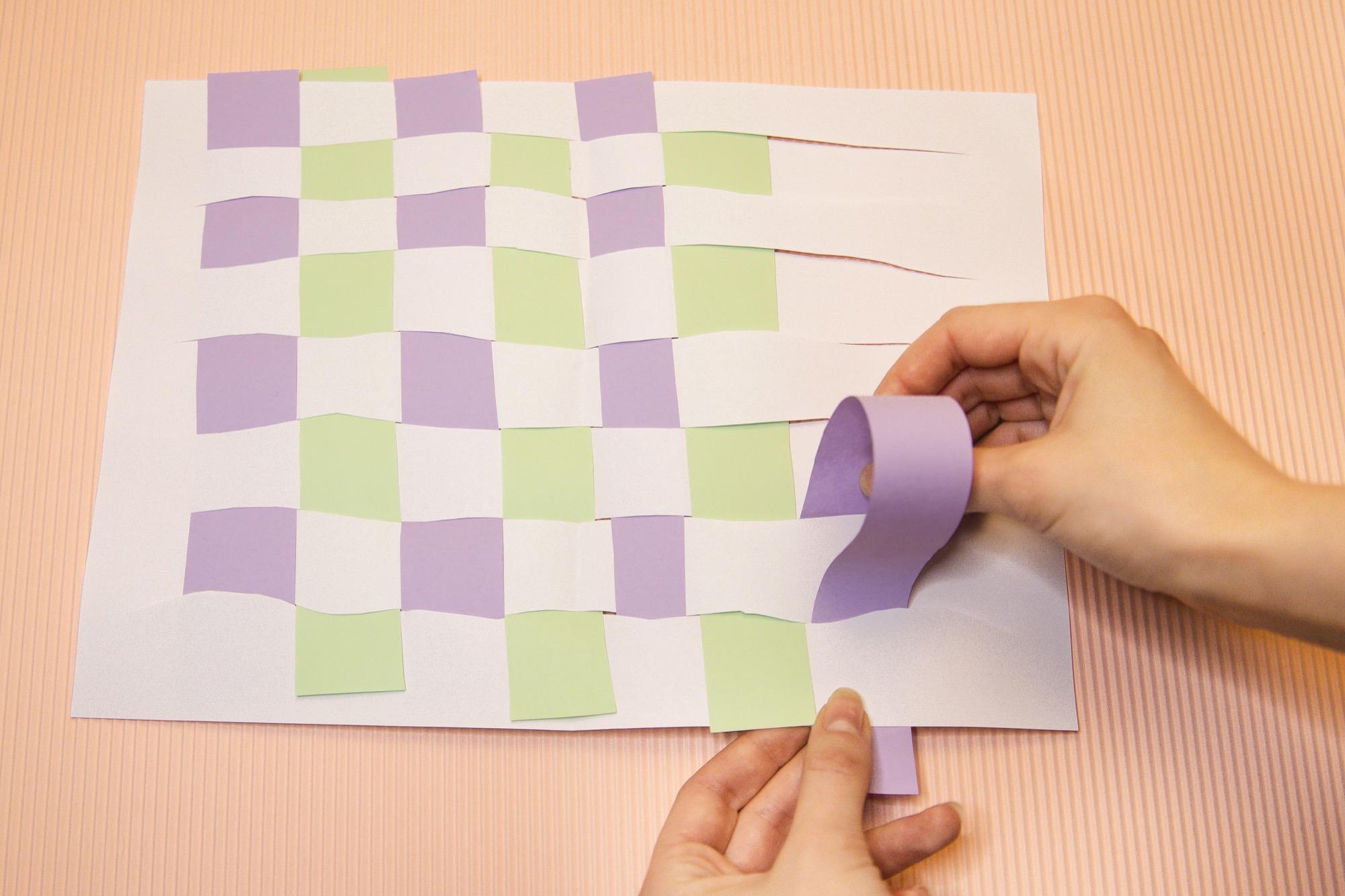 Tissage de papier : une activité manuelle pour exercer la motricité fine