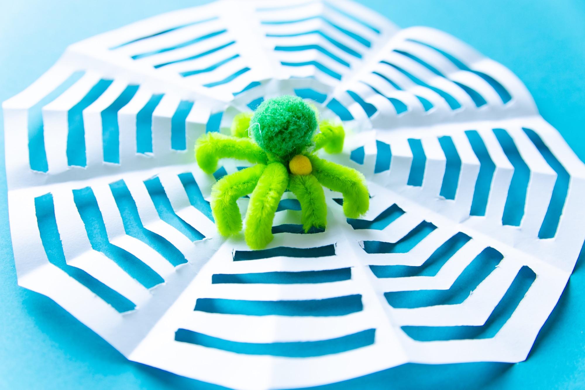 Bricolage Halloween : ma toile d'araignée en papier